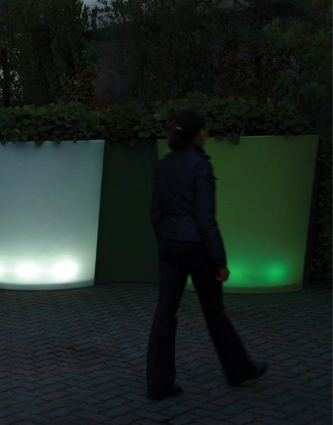 Op WoonWinkelCentrum: Alles voor de inrichting van uw woning is alles over gadgets te vinden: waaronder verlichte bloempotten en specifiek Bloembak Curva LED